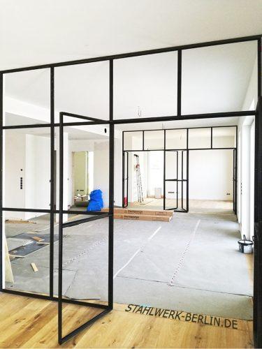Raumteiler mit doppelflügeliger Tür