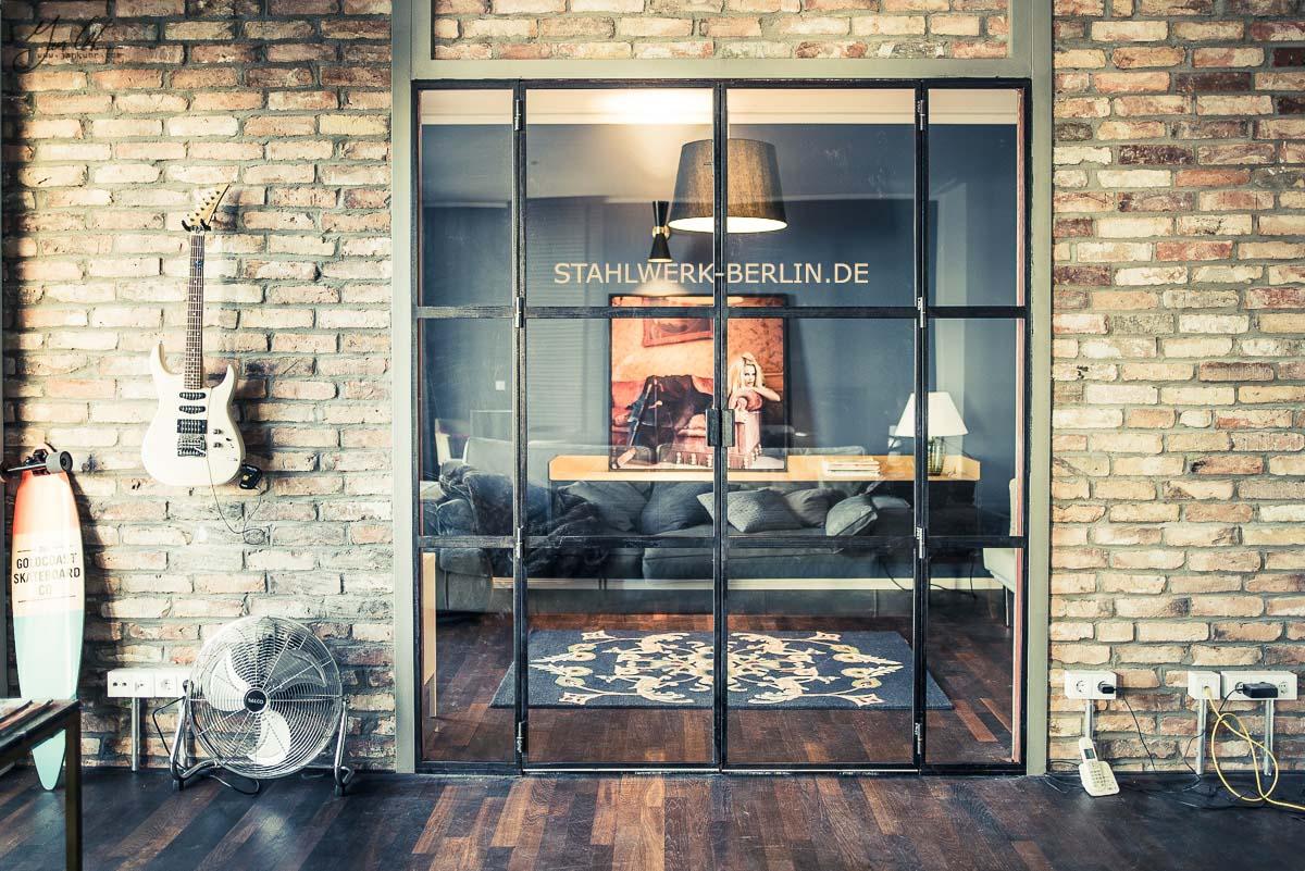 Aus Winkelstahl und T-Eisen Profile gefertigte Trennwand Stahl Glas Trennwand von Jan Kuhr und Thomas Huber